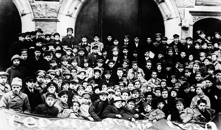 Делегаты I Всероссийского съезда союзов рабочей и крестьянской молодёжи, октябрь 1918 года. ФОТО wikipedia