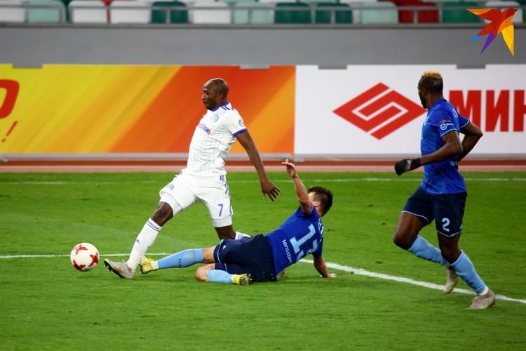 Максим Витус выбивает мяч у Фатаи.
