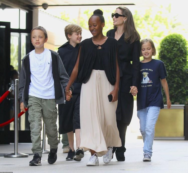 Анджелина хочет получить единоличную опеку над детьми.
