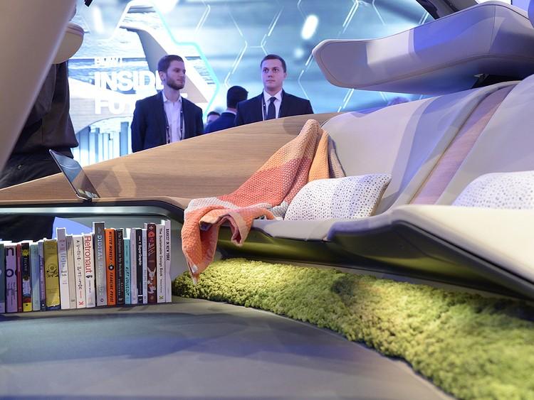 Заднее сидение этого беспилотного концепта от БМВ скорее напоминает диван в гостинной.