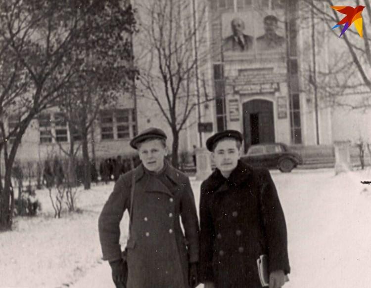 Студент Шушкевич много лет ходил в женской шинели – мама купила ее еще в его школьные годы (на фото – слева, на фоне студенческого городка БГУ с портретами Ленина и Сталина). Фото: личный архив.