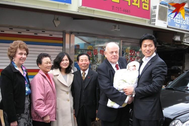 В Корее есть поверье: ребенок, побывавший на руках известного человека, станет счастливым. Фото: личный архив.
