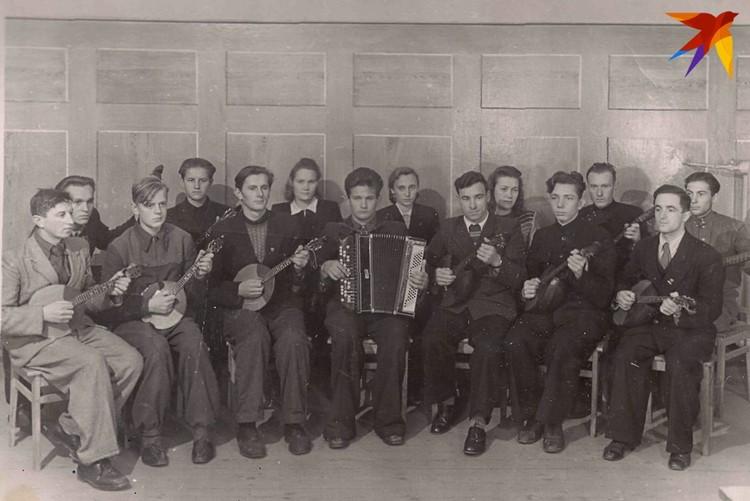Было время, когда юный Стась и не помышлял о политике (на фото - третий слева, играет в оркестре на домре). Фото: личный архив.