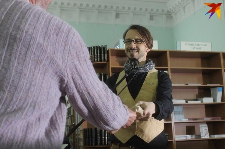 Себастьян подарил экземпляры людям, которые успели стать настоящими друзьями