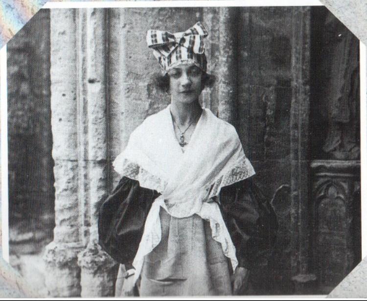 В тюрбане Ивонна, которая в википедии обозначена как Жанна. ФОТО: Википедия