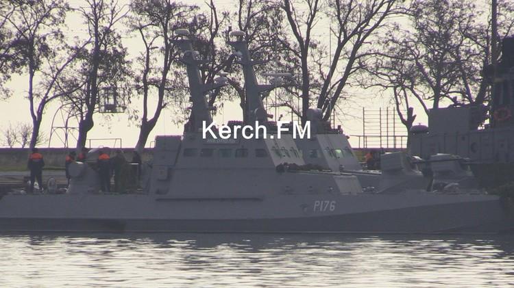 Задержанные украинские корабли пришвартовали в порту Керчь. Фото: Керчь.ФМ