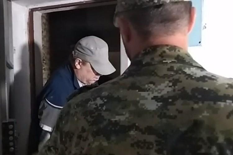 Отец керченского стрелка бегал от журналистов и закрывал лицо