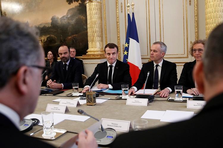 Конечно, французские власти обязательно пойдут на уступки. Это единственная возможность отсрочить политическую гибель Макрона