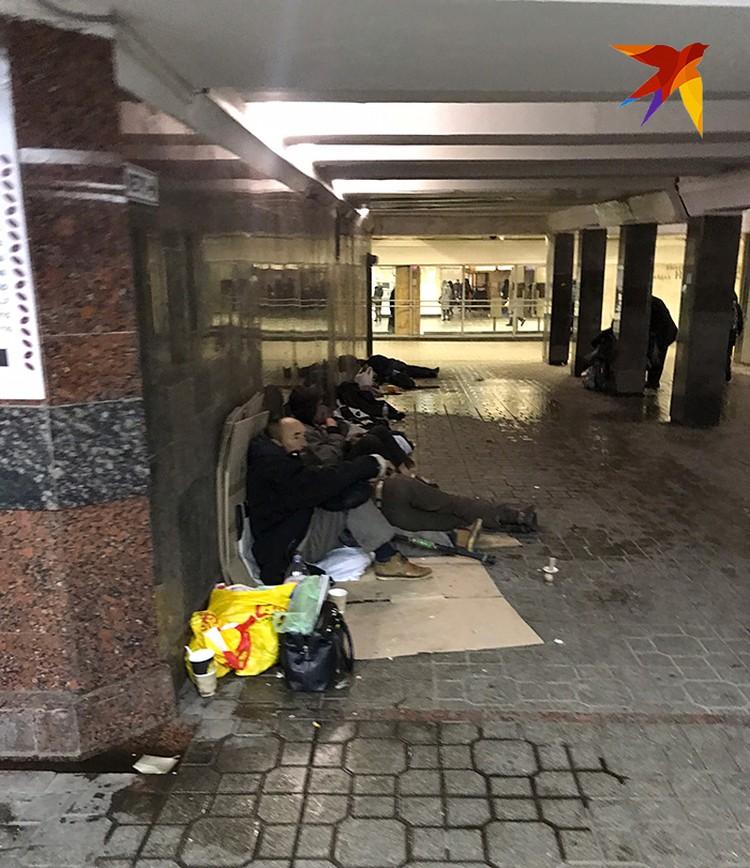 В киевских переходах. Прямо рядом с ларьками с символикой независимости, флагами и вышивками живут нищие. Про них шутят - все ждут 3-го Майдана