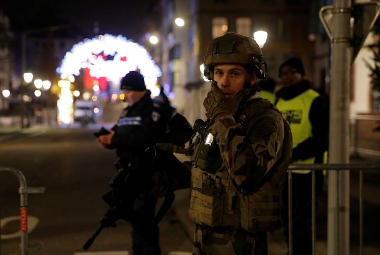 Полиция оцепила все улицы в центре города в радиусе 200 метров вокруг площади Гутенберг.