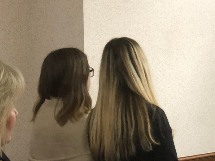 Обвиняемая школьница вместе со своей мамой слушает приговор