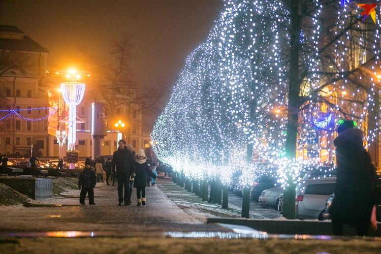 Главная площадь засияла новогодними огнями.