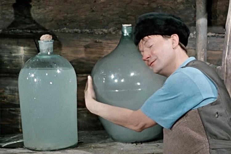 В фильме Трус носит бутыль с самогонкой, как перышко