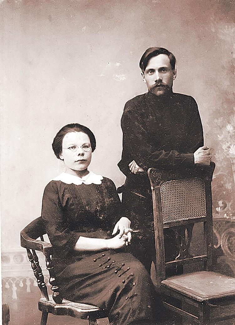 Пелагея Ануфриева никогда о себе вождю не напоминала (рядом с ней Петр Чижиков). Фото из книги.