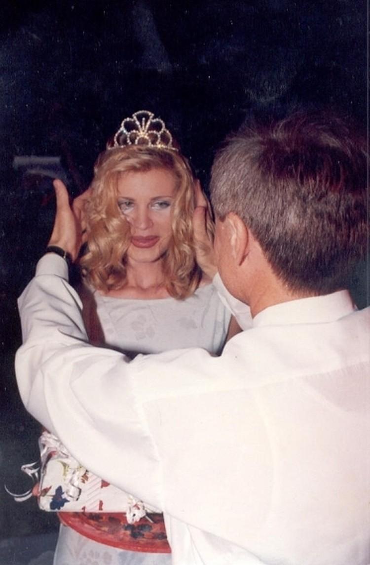 На снимке - кульминация присвоения титула Мисс Очарование в Сочи 98-го года.