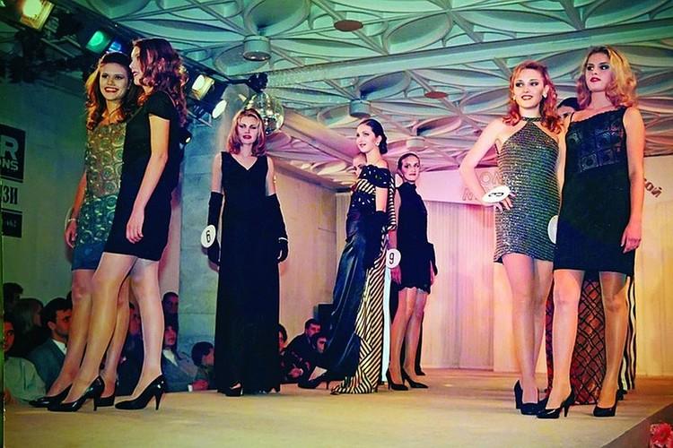 На конкурсе красоты «Мисс Сочи - 98» Элеонора стоит под номером 6.
