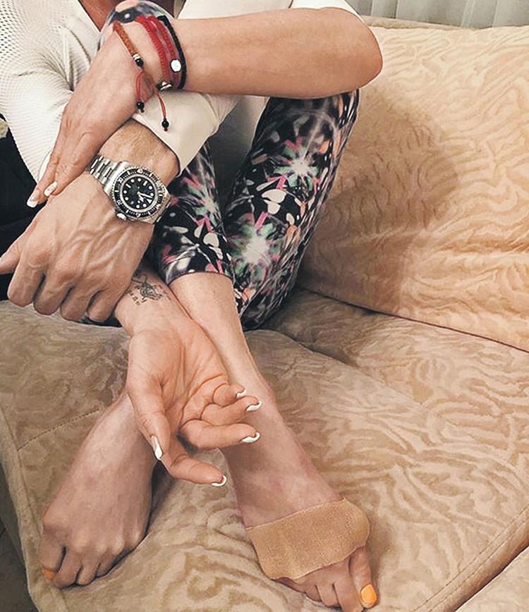 Своего возлюбленного Анастасия показывает только частями. Например, руку с часами. Фото: Личный архив