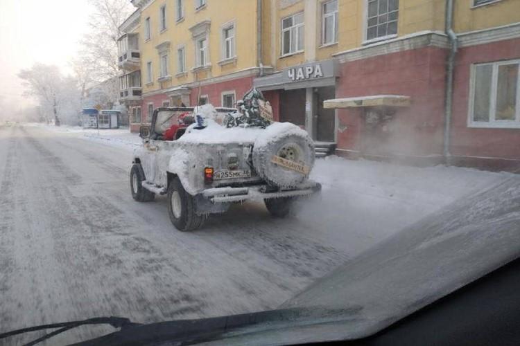 Ледяной УАЗ на улицах Иркутска.