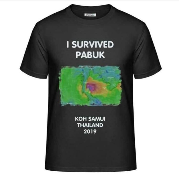 """В продаже уже появились футболки """"Я пережил ураган """"Пабук"""". Пользуются спросом."""