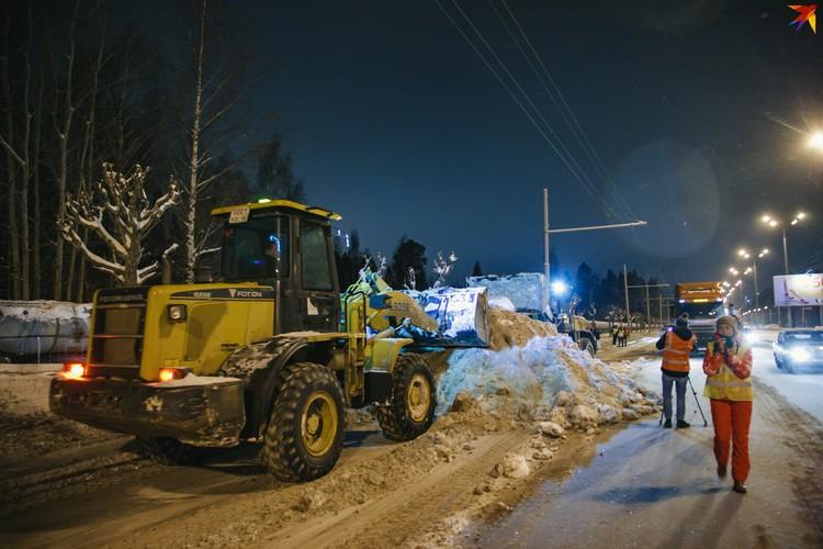 Решение о том, где в первую очередь вывозить снег принимают снег согласно предписаниям «Службы благоустройства и дорожного хозяйства» и ГИБДД Фото: Сергей Грачев