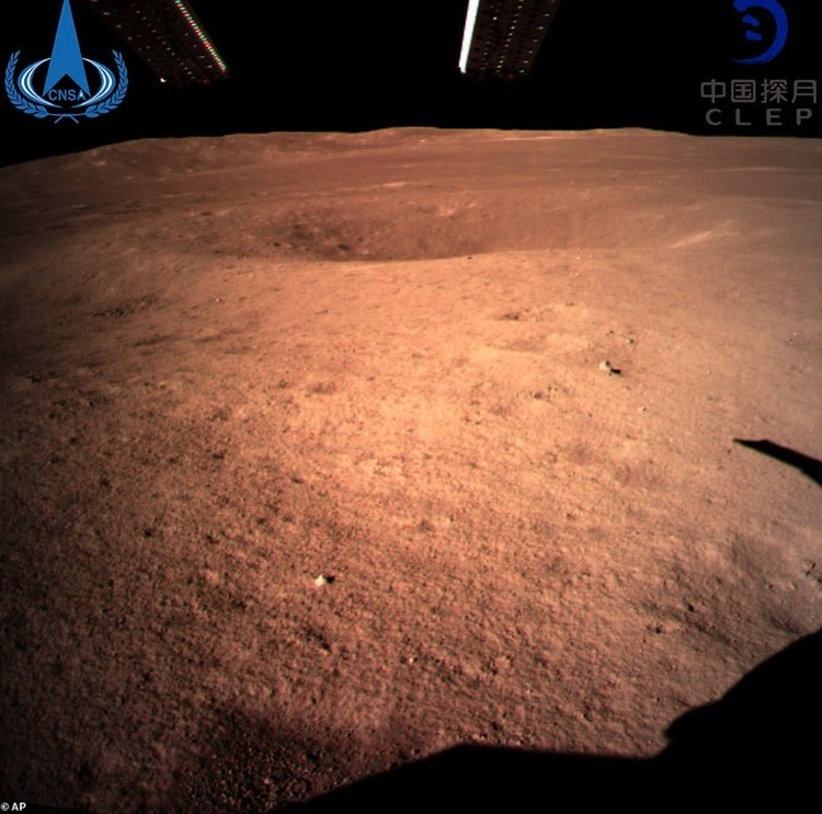 Первый снимок китайской миссии с обратной стороны Луны.