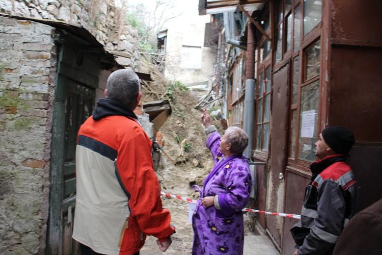 Татьяна Дорошенко всю жизнь прожила в заваленном стеной доме и никуда не хочет переселяться.