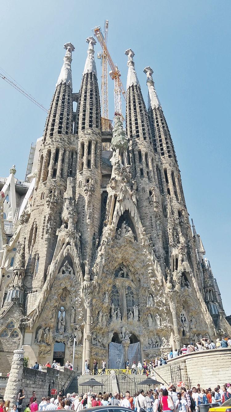 Одна из самых популярных туристических достопримечательностей столицы Каталонии Барселоны - Саграда Фамилия (Храм Святого Семейства).