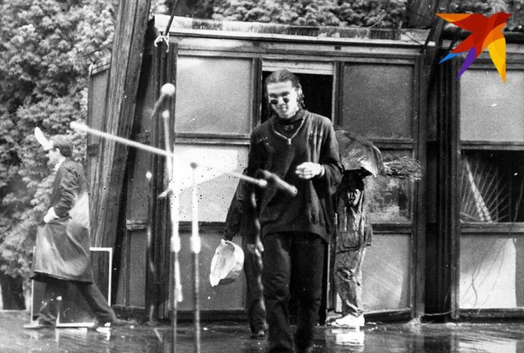 """Альгерд Бахаревич был одним из сооснователей литературного движения """"Бум-Бам-Літ"""", а в руках у него легендарный тазик - символ этих литературных реформаторов. Фото: Личный архив"""