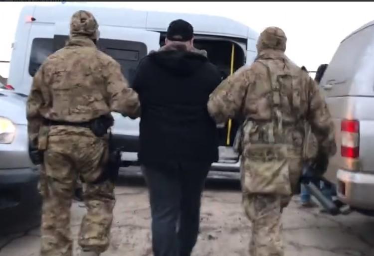 Парня задержали после обыска в его доме. Фото: Скриншот с оперативного видео ФСБ