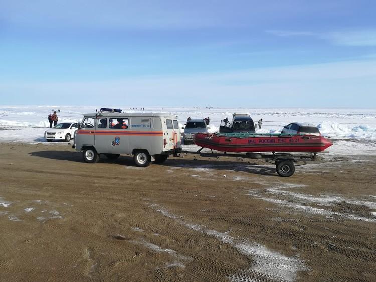 Для того, чтобы вытащить из ледового заточения рыбаков, спасатели вооружились суднами.