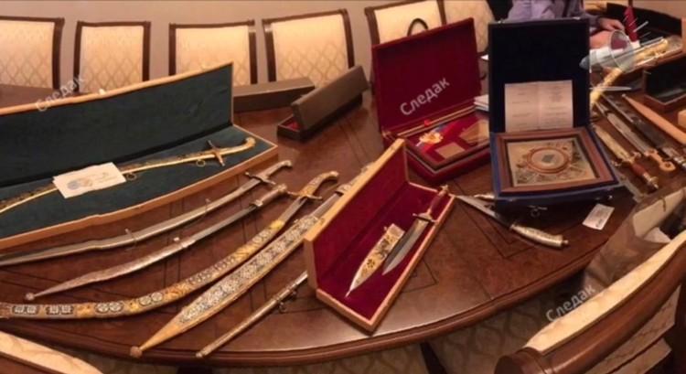 В поместье Арашуковых нашли наградные шашки и кинжалы в ножнах, инкрустированных золотом и драгоценными камнями. Фото: оперативная съёмка