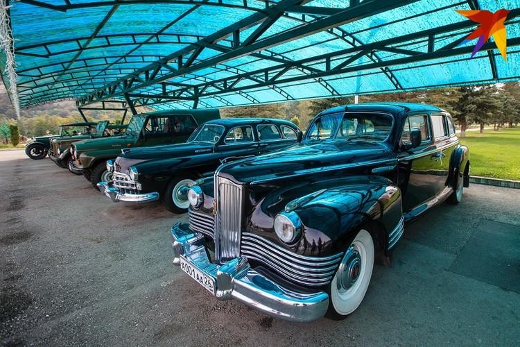 Коллекция люксовых авто перед особняком клана Арашуковых