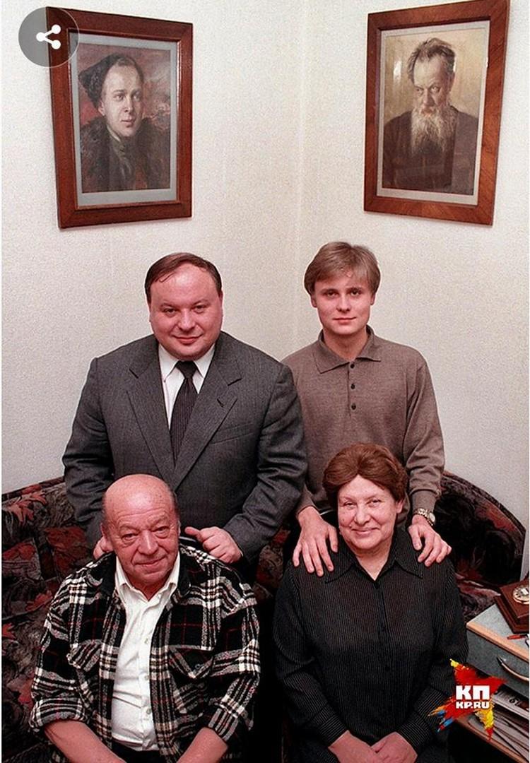 Тимур Гайдар, Ариадна Бажова-Гайдар, Егор Гайдар и его сын Петр. 1990-е годы