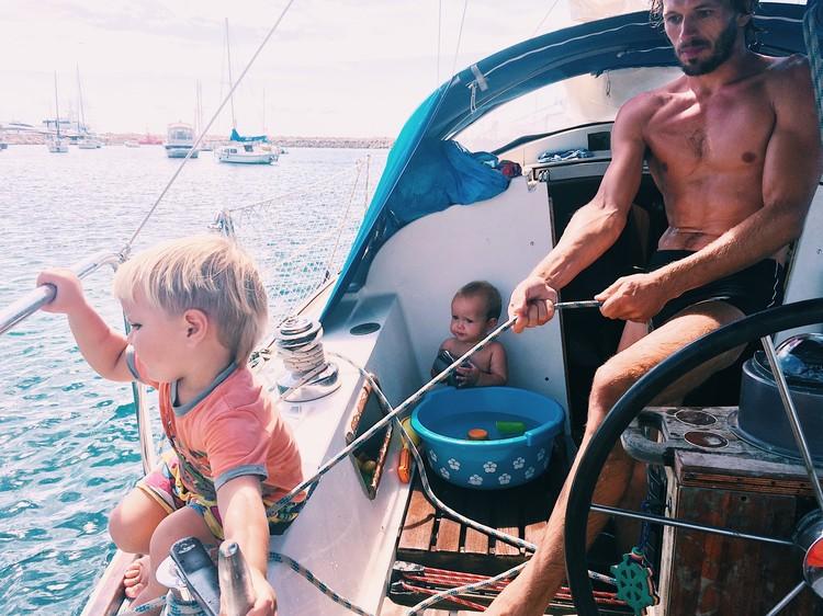 Яхта на якоре, каждый нашел занятие по душе. Фото: семейный архив Суриковых