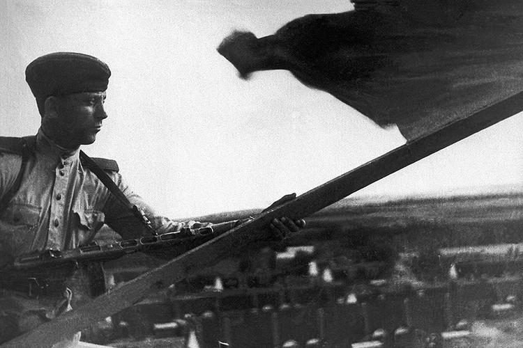 Сентябрь 1945 года, Сахалин. Советский флаг над Южным Сахалином. Фотохроника ТАСС