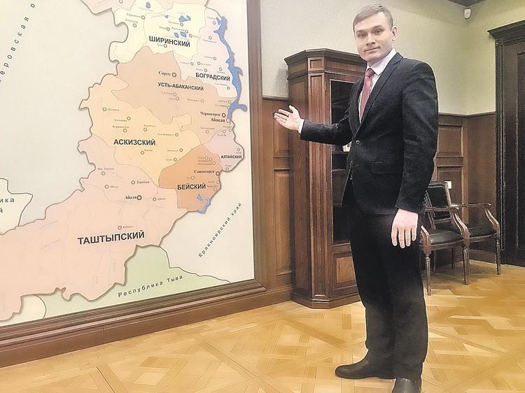 31-летний коммунист Валентин Коновалов показывает журналисту «КП» свои новые «владения» - кабинет губернатора и карту Хакасии.
