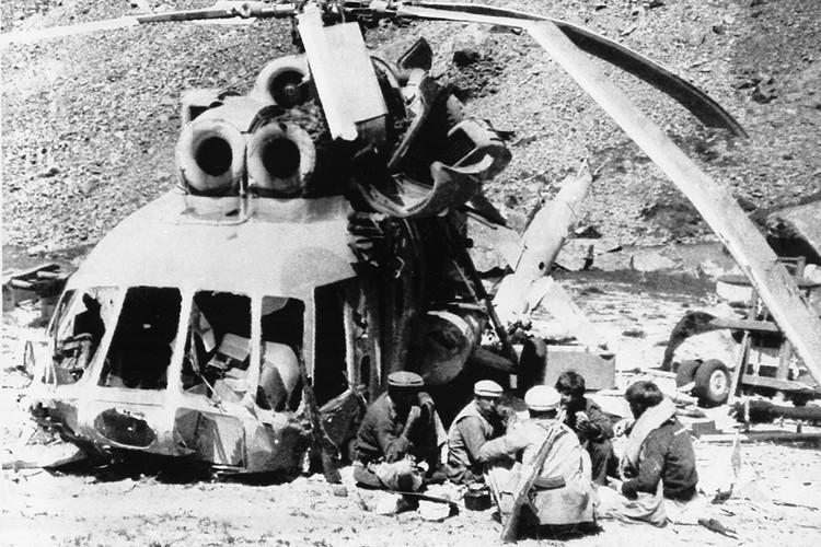 Архивный снимок, афганские моджахеды у подбитого советского вертолета.