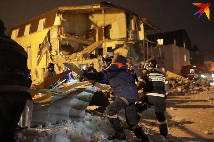 Спасатели вручную расчищали дорогу, чтобы кран мог подъехать к дому