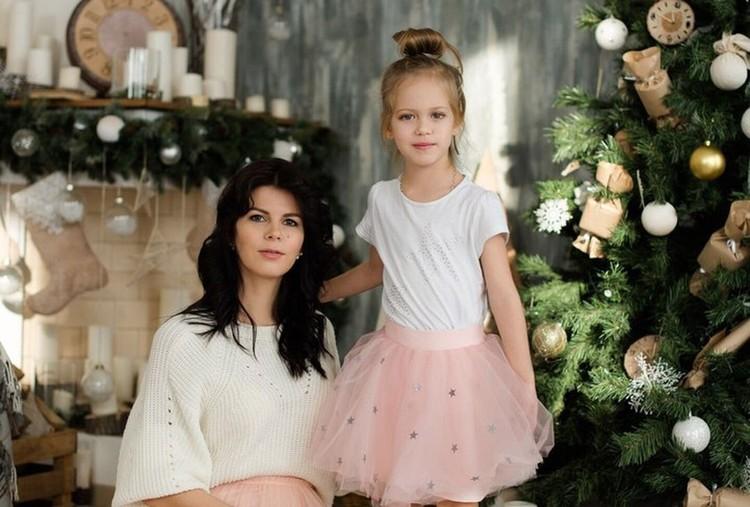 Девочка вместе с мамой: новогодняя фотосессия.
