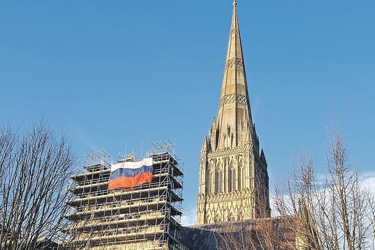 Шпиль собора возведен в 1320 году. Недавно здание стали ремонтировать, чем и воспользовались неведомые шутники, вывесив на лесах российский триколор. Фото: twitter.com