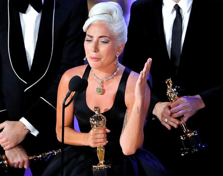"""Получая своего """"Оскара"""", певица Леди Гага разрыдалась."""