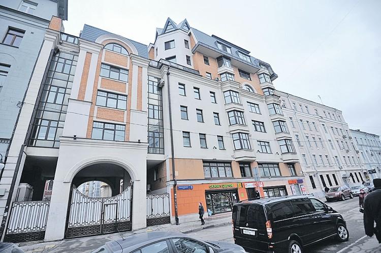 Здесь, на Малой Ордынке, 3, на 5-м и 6-м этажах расположена большая квартира Бориса Немцова.