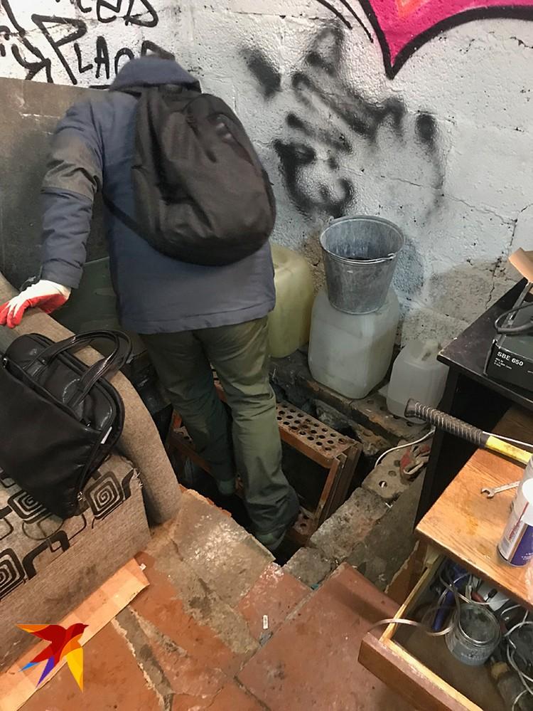 В этом гараже находился интернет-магазин наркотиков