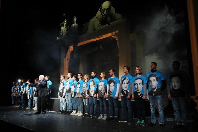 В этот день на сцену вышли все, кто работает театре.