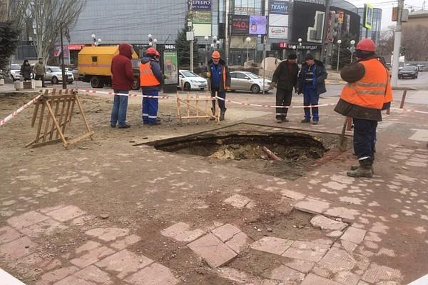 Под землю ушел тротуар в центре Волгограда , фото-1