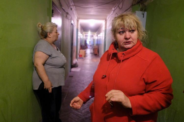 Валентина (в красном) встала в очередь на жилье в 1986 году.