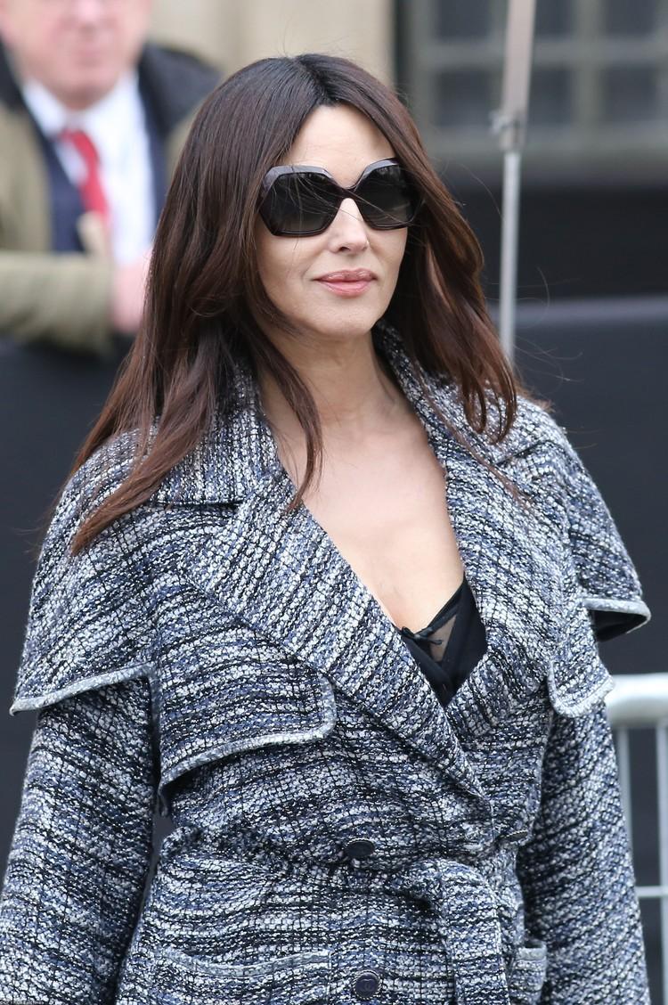 Актриса выбрала наряд с глубоким декольте.