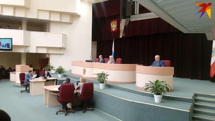 На заседании регионального парламента Иван Кузьмин заявил о сложении полномочий
