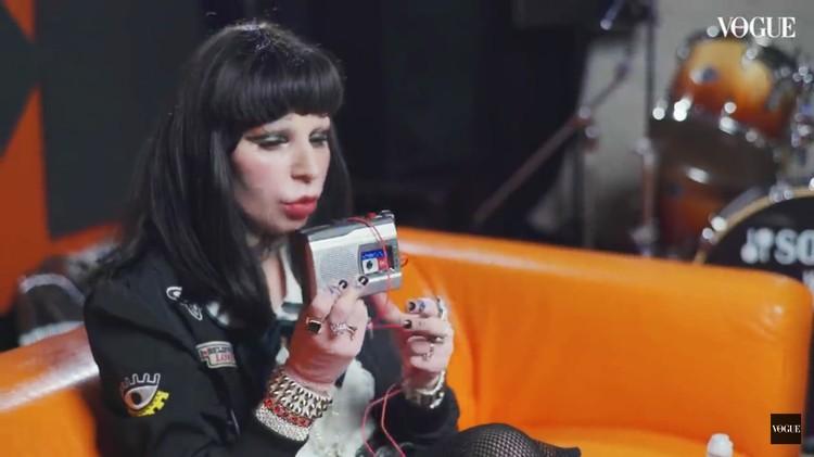 Певица носит в сумочке кассетный диктофон. Фото: кадр видео.