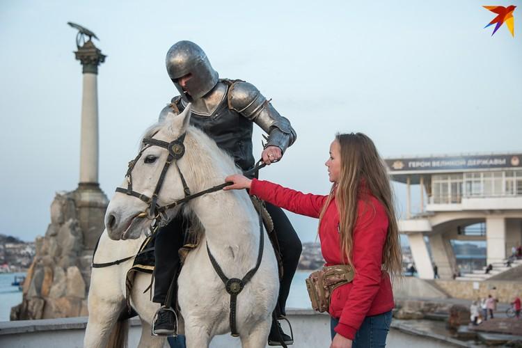 Помощница Алина направляла белую лошадь Марго к нужному месту